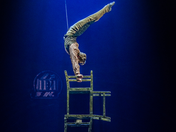 バランシング・オン・チェアUPSIDE DOWN WORLD -BALANCING ON CHAIRS-